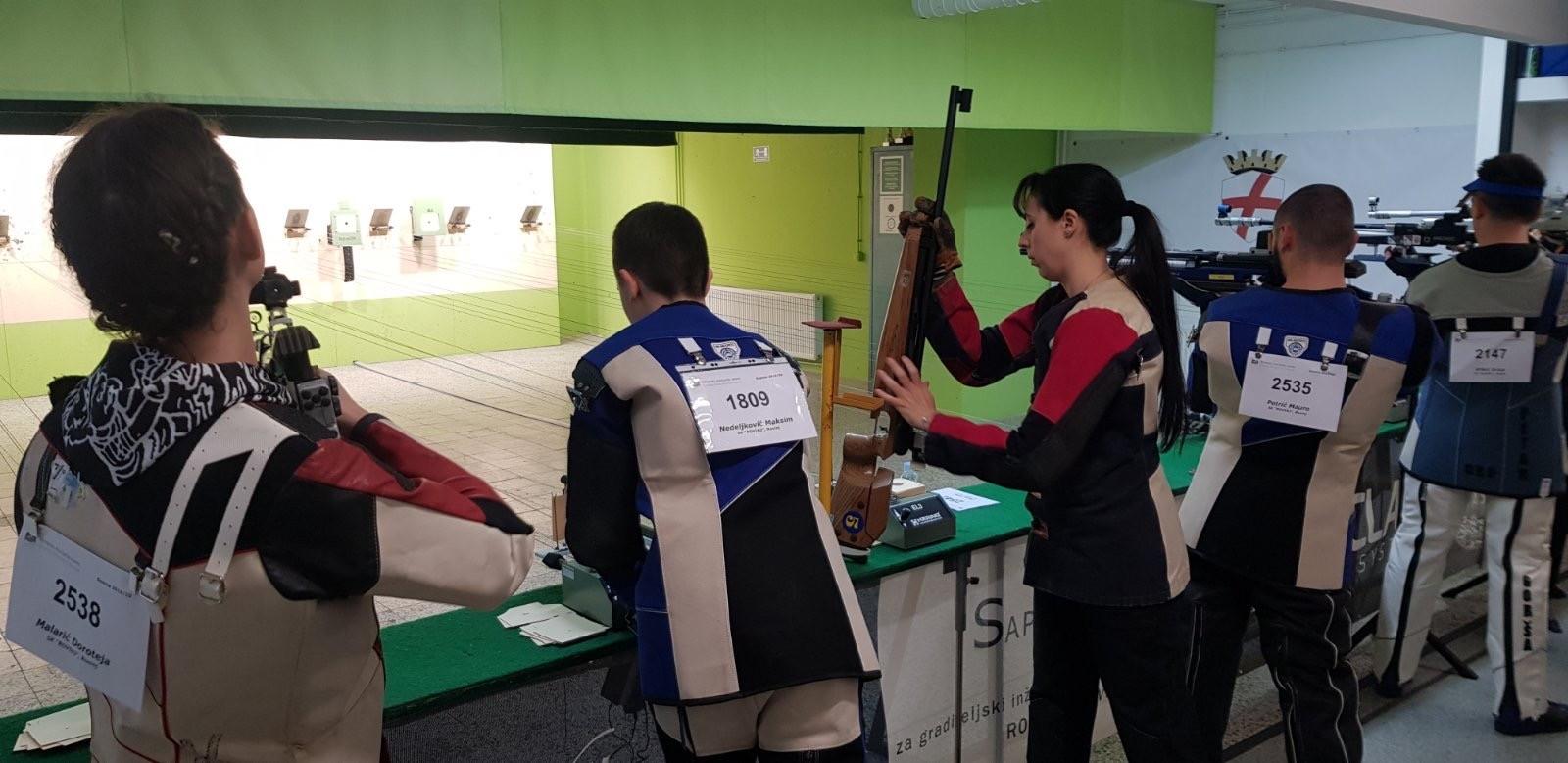 natjecanje u tijeku prvenstvo istarske županije u rovinju za juniore zračna puška